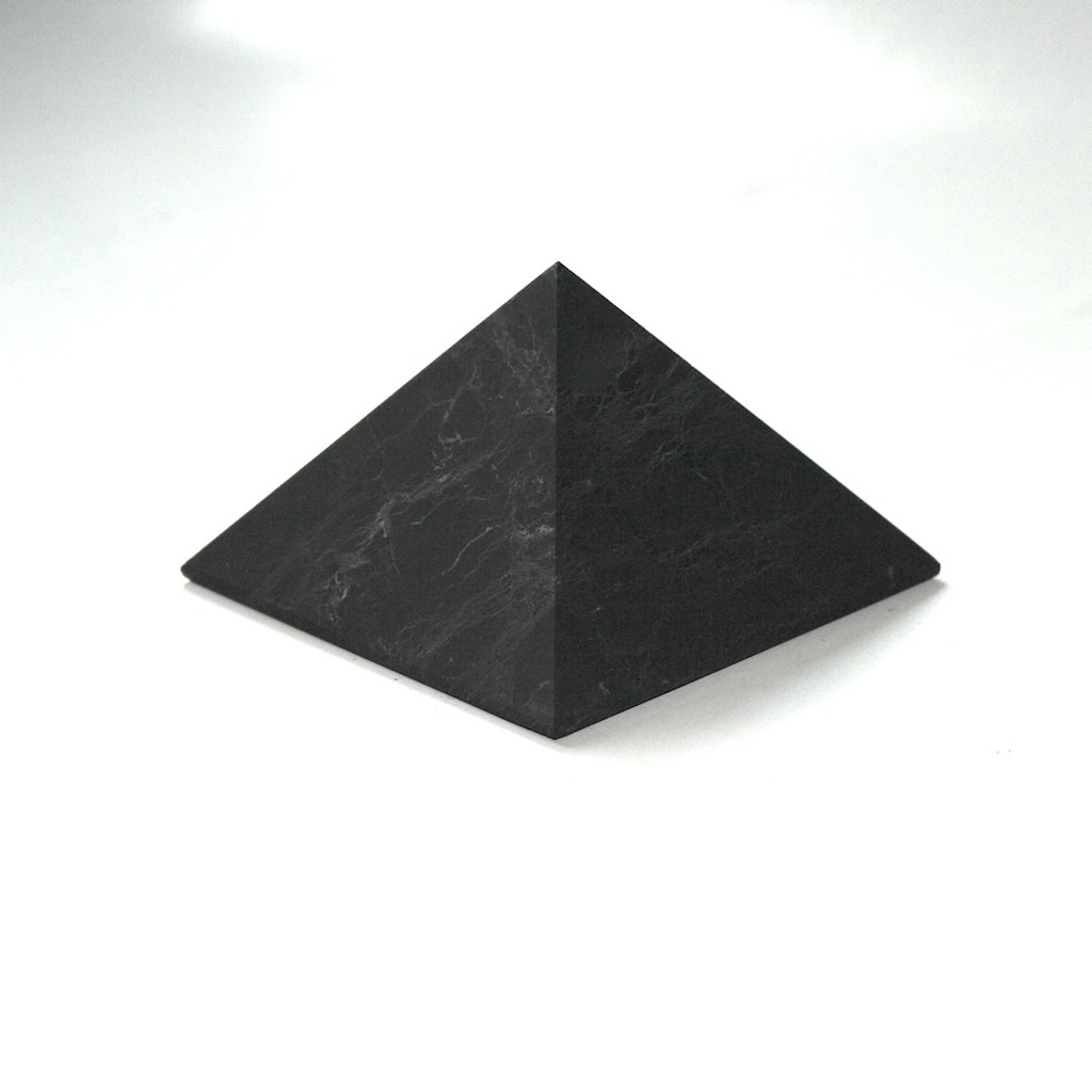 Šungitová pyramida 4 x 4 cm leštěná